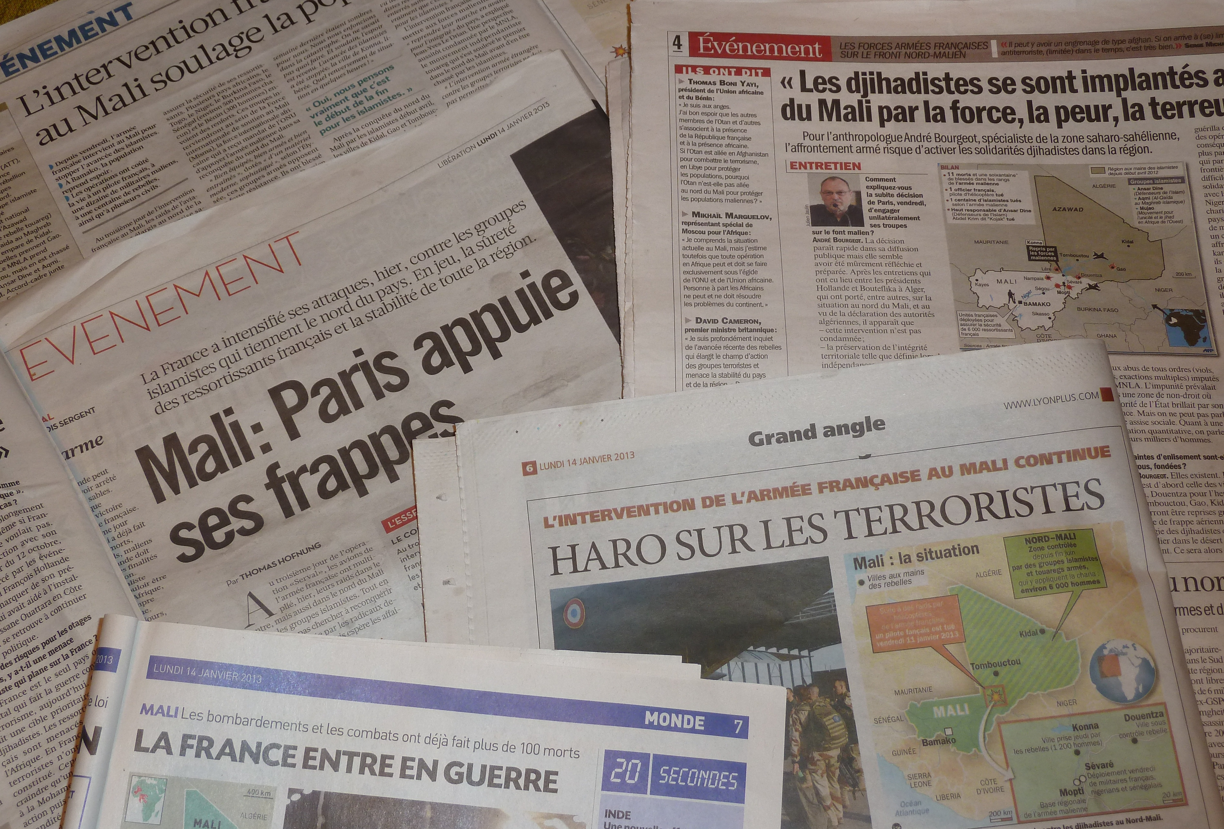 La presse quotidienne du 14 janvier faisait ses Unes sur la guerre au mali, trois jours après son déclenchement. (© pierre Nouvelle)