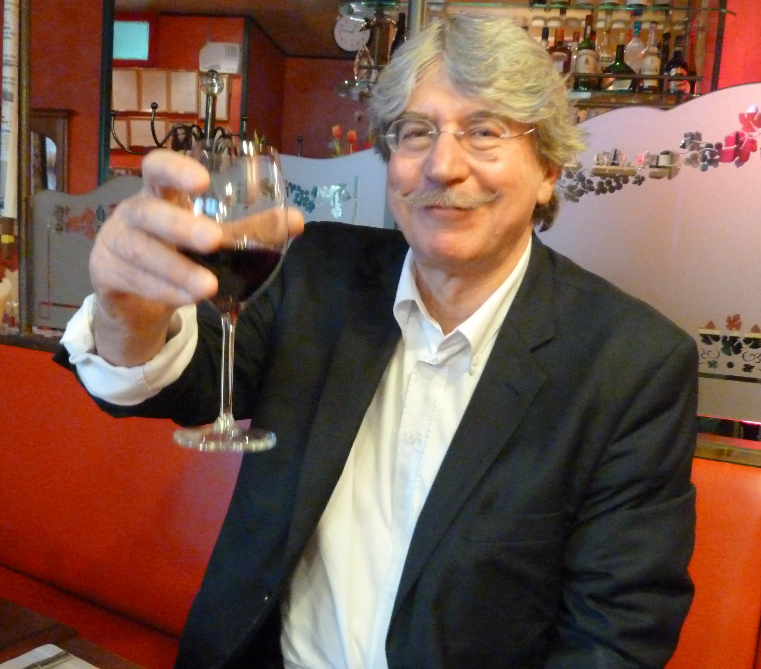 Rémois d'origine, ce journaliste s'est pris de passion pour les vins de Vienne (Isère) et de toute la France. Des crus que l'on retrouvera au 25e salon Intervins. (© Pierre Nouvelle)
