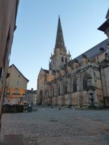 Face à la cathédrale d'Autun, l'ancien cellier des chanoines offre aux artistes régionaux de magnifiques salles voutées pour présenter leurs oeuvres (© Pierre Nouvelle).