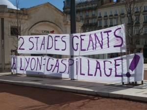 Avec les opposants à l'aéroport de Notre Dame-des-Landes, d'autres personnes ont manifesté leur refus d'autoroutes, de centrales nucléaires et aussi du Grand stade de Lyon (© Pierre Nouvelle).