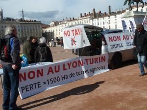 Autoroute A 51, liaison ferroviaire Lyon-Turin étaient aussi au cœur de la manifestation lyonnaise du 22 février (© Pierre Nouvelle).