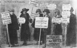 De la Révolution française aux suffragettes, les femmes ont dû se faire entendre pendant plus de 150 ans pour pouvoir exercer en France le même droit que les hommes (© DR).