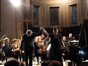 Au second jour du 25e festival Saoû chante Mozart, l'église de Crest a accueilli Philippe Bernold et l'orchestre de chambre de paris et la pianiste virtuose Marie-Josèphe Jude (© Pierre Nouvelle).