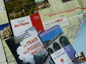 Sur près de 150 km, cette ligne ferroviaire à voie métrique ouverte il ya plus d'un siècle est d'un intérêt exceptionnel   L'hiver passé, un éboulement neigeux emportait la voie ferrée Digne-Nice entre Annot et Saint-Benoît. Quatre mois plus tard, le train circule à nouveau entre la capitale des Alpes-de-Haute-Provence et la capitale des Alpes Maritimes. Invitation au voyage. Qui veut voyager loin ménage sa monture, dit l'adage. Entre Digne et Nice, le train des Pignes prend son temps, mais quel régal ! Le train des Pignes relie Digne à Nice. Entre les Alpes-de-haute-Provence et les Alpes maritimes, les paysages sont exceptionnels (© Pierre Nouvelle).