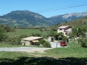La ferme du Siron domine le village et observe les champs de lavande (© Pierre Nouvelle).
