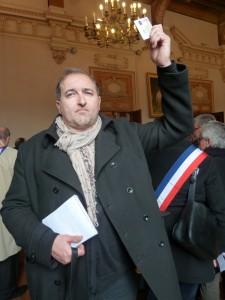 Carte de presse ou crayon en l'air : un signe de ralliement pour les journalistes (© Pierre Nouvelle).