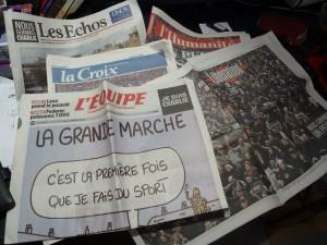 quelsus journaux du 12 janvier 2015 : le regard des journalistes, au nombre desquels les reporteurs-dessinateursest unanime : en marchant, un peuple s'est levé (© Pierre Nouvelle).