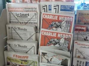 Chose promise, chose due : mercredi 25 février, un numéro tout rouge de Charlie était en kiosque. L'aventure d'une rédaction décimée et recomposée continue(© Pierre Nouvelle).