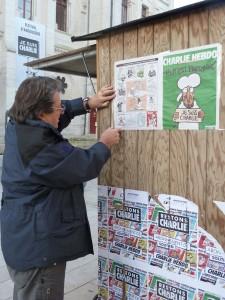 En plus de la vente à la criée dans les rues d'Angoulême, on pouvait s'abonner à, Charlie hebdo dans de multiples chalets répartis dans la ville (© Pierre Nouvelle).