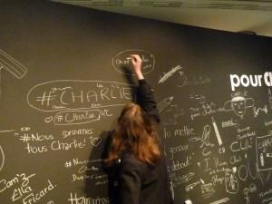 Au bord de la Charente, dans la Cité de la BD, on a écrit sur le mur pour Charlie (© Pierre Nouvelle).