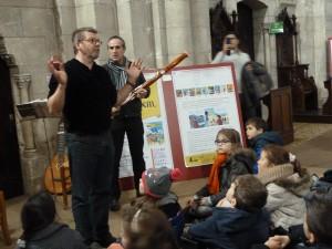 Dans le choeur de l'église St Martial, les enfants ont échangé à partir de bandes dessinées (© Pierre Nouvelle).