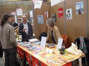 Parmi d'autres journaux et revues, Politis, un journal militant qui a ouvert la voie grâce à Bernard Langlois est venu à la rencontre du public (© Pierre Nouvelle).