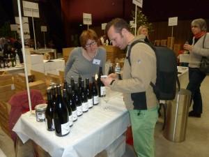 Les vigneronnes sont de plus en plus souvent présentes sr les salons pour présenter le fruit de leur travail. Et pas seulement le 8 mars comme lors de cette prise de vue (© Pierre Nouvelle).