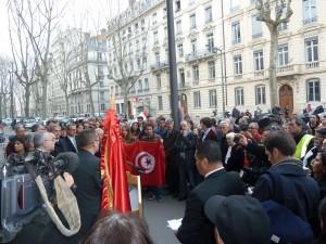 Ce n'était pas la grande foule, mais un rassemblement plein d'émotion et de respect pour les victimes du musée du Pardo et le peuple tunisien en général (© Pierre Nouvelle).