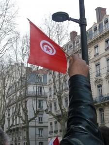 Un drapeau levé bien haut pour signifiuer que le peuple tunisien ne se couchera pas devant le terrorisme (© Pierre Nouvelle).