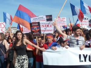 Plus de 1 500 personnes ont défilé le 24 avril dans les rues de Lyon à l'occasion du 100e anniversaire du génocide arménien (© Pierre Nouvelle).