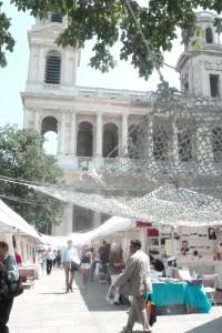 A côté de l'église saint-Sulpice la place éponyme est habituellement livrée aux marchands du temple. Le temps de cinq jours, les amoureux des livres respirent (© Pierre Nouvelle).