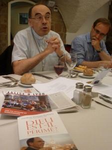 """Voisin de Philippe Lansac directeur de RCF Lyon, le cardinal Barbarin : """"Dieu n'est pas périmé... Une seule question revient finalemnt chez les hommes : l'amour, la vie peuvent-ils triompher de la mort ?"""" (© Pierre Nouvelle)."""