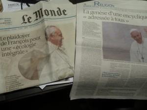"""Deux semaines consacrées à l'écologie dans La Croix, des pages complètes sur l'encyclique, """"le pape vire au vert"""", dit le cardinal Barbarin (© Pierre Nouvelle)."""