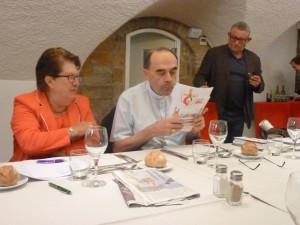 Jeanine Paloulian et Frédéric Poignard, deux responsables du Club de la presse de Lyon entourant l'archevêque de Lyon (© Pierre Nouvelle)..