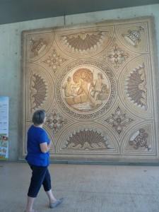 A l'instar de nombreuses mosaïques du musée, celle qui vous accueille à l'entrée est tout à la fois belle et monumentale (© Pierre Nouvelle).