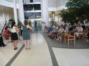Musique et chant au plus près des personnes hospitalisées (© Pierre Nouvelle).