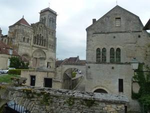 """Au sommet de la """"colline éternelle"""", héritière d'un lieu de culte celte, la basilique veille sur la terre bourguignonne depuis plus de 1000 ans (© Pierre Nouvelle)."""