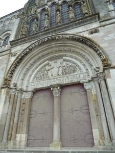 Chef d'oeuvre de l'art roman, la basilique de Vézelay doit sa survie à l'action éclairée de Viollet-le-Duc (© Pierre Nouvelle).