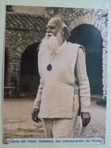 Après un séjour indien à la rencontre de Gandhi Lnza del Vasto fonde s Communauté de l'Arche (© Pierre Nouvelle).
