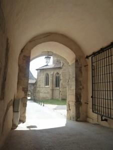 Voisin de l'église abbatiale et du musée départemental, la communauté de l'Arche trouve ici son ressourcement spirituel (© Pierre Nouvelle).