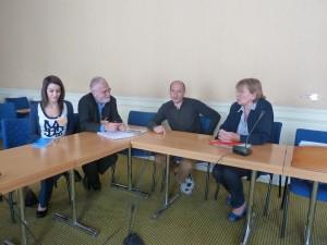 le 9 juin dernier, l'Intersyndicakle journalistes rencontrait les parlementaires de gauche et de droite. Ici , les responsables CFDT et CGT en discussion avec Marie-George Buffet (© Brigitte Dionnay)