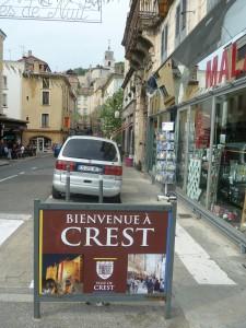 Avec plus de 8 000 habitants, Crest est une commune du département de la Drôme qui gagne à être connu. Aux charmes de la vieille ville dominée par une tour, s'ajoutent des propositions culturelles estivales de qualité, axées sur la musique et le chant (© Pierre Nouvelle).
