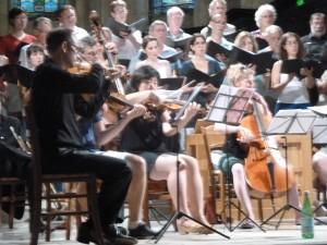 Lors e la répetition de l'après-midi, musiciens et choristes à l'unisson (© Pierre Nouvelle).