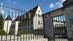 Au bord de la Via Rhôna qui serpente de Genève à Marseille, les vieilles demeures familiales son,t nombreuse à visiter. Mais à Ampuis, au pied de la Côte-Rôtie, un château du 14e siècle, domaine privées est resté clos (© Pierre Nouvelle).