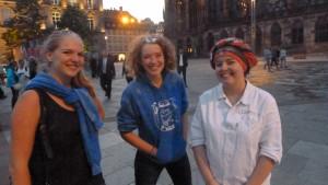 Dans la rue qui borde la cathédrale, trois étudiantes de biologie en recherche d'intégration (© Pierre Nouvelle)