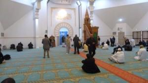 """""""Répandez la paix, donnez à manger à ceux qui ont faim, honorez les liens de parenté, priez alors que les gens dorment, vous entrerez au paradis en paix"""", a proclamé l'imam de Lyon, à l'unisso des autres responsables religieux musulmans en France  (© Pierre Nouvelle) ."""