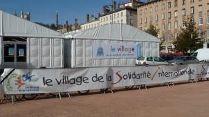 Le récent village de la solidarité internationale de Lyon a été l'objet de nombreux contacts avec le grand public mais aussi entre ceux qui œuvrent au quotidien pour la solidarité  (© Pierre Nouvelle).