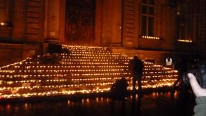 M^me les marches de l'hôtel de ville de Lyon étaient illuminées. Près de 300 000 euros ont été collectés pour les assoociations des familles de victimes (© Pierre Nouvelle).