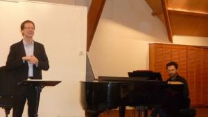 Pour une messe solennelle qui sera interprétée sans orchestre, le piano viendra accompagner les voix. pour la première répétition, Nicolas Longo, musicien lyonnais multiforme accompagnait le chef de chœur Jean-Michel Blanchon (© Pierre Nouvelle).