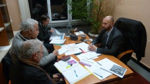 Le Colelcif des usagers des lignes 134 et 231 sont allés à la rencontre des élus de tous Bords. Ici, entretien avec Christophe Quiniou, adjoint au maire (LR) de Meyzieu et membre du bureaux exécutif du Sytral (© Pierre Nouvelle).
