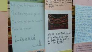 Au lendemain des attentats du 13 novembre 2015, des étudiants témoignent de leur foi en l'(avenir dans le hall d'une faculté lyonnaise (© Pierre Nouvelle).