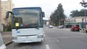 Au départ du lycée Galilée dans le quartier viennois de l'Isle, la ligne 131 des Cars de la Loire mériterait d'être coordonnée avec la ligne 231 des Cars du Rhône, entre la rive gauche et la rive droite du Rhône (© Pierre Nouvelle),