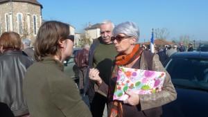 Représentant le Collectif des usagers des Cars du Rhône, Pierre Chomard et Aurélie Nortier ont remis à Christiane Agarrat une pétition comportant 1 500 signatures (© Pierre Nouvelle).
