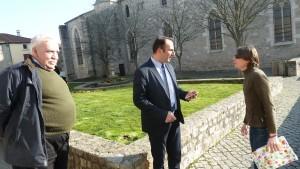 Représentant le Collectif des usagers des Cars du Rhône, Pierre Chomard et Aurélie Nortier ont remis à M. Pfeffer une pétition comportant 1 500 signatures (© Pierre Nouvelle).