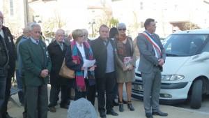 Roger Grataloup, à la tête du défilé, au côté des élus de la commune et du canton de Brindas (© Pierre Nouvelle).