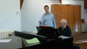 La réussite du concert autunois a reposé sur l'alliance dynamique et féconde entre le chef de choeur Jean-Michel Blanchon et Charles Slusznis, son pianiste accompagnateur (© Pierre Nouvelle).