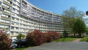 Parilly, un quartier qui abrite environ 2 000 familles, et plus de 6 000 habitants, construit par des architectes élèves de Le Corbusier a vécu des démolitions de barres et une lente reconstruction limitée (© Pierre Nouvelle)