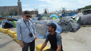 Sur le port du Pirée, Mazné est là depuis cinq mois. Ex-chauffeur de camion, il attend de pouvoir partir. Son objectif : la France... (© Pierre Nouvelle).