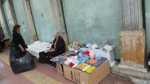 beignets, billets de loterie, ouvrages mabuels, pour les personnes âgées, tout est bon pour gagner sa vie, comme ici dans les rues du Pirée (© Pierre Nouvelle).