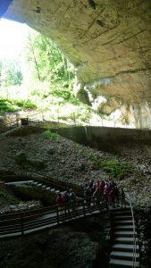 Le troisième porche le plus vaste de France, les grottes du Cerdon témoignent de l'activité des eaux de ruissellement et des mouvements liés à la surrection alpine (© Pierre Nouvelle).